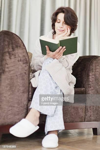 女性の読書でのバスローブ