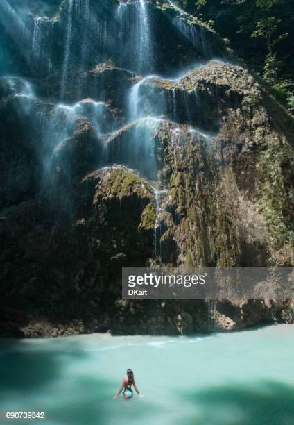 mujer hermosa cascada en cebú - paisajes de filipinas fotografías e imágenes de stock