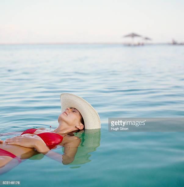 woman in bikini relaxing in water - mar muerto fotografías e imágenes de stock