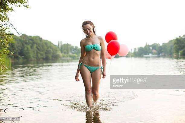 Frau im bikini mit Ballons
