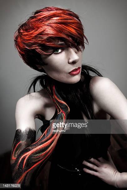 bela jovem mulher de cabelo ruivo - cabelo curto comprimento de cabelo - fotografias e filmes do acervo