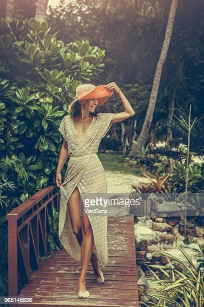 mulher de vestido boho nos trópicos - vlad models - fotografias e filmes do acervo