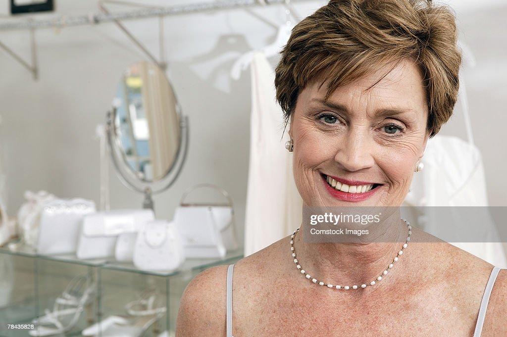 Woman in bridal shop : Stockfoto