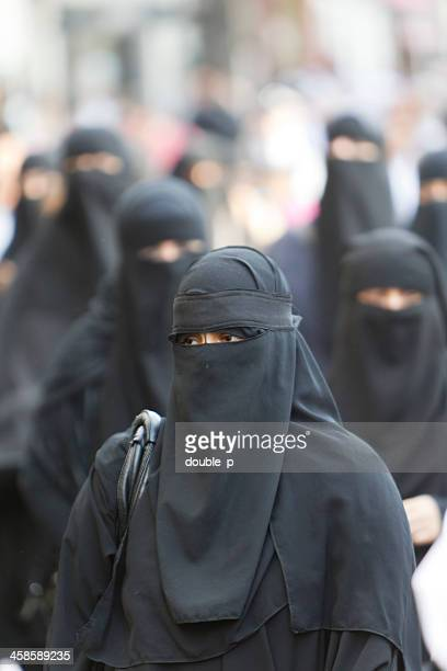 femme en burqa - burka photos et images de collection