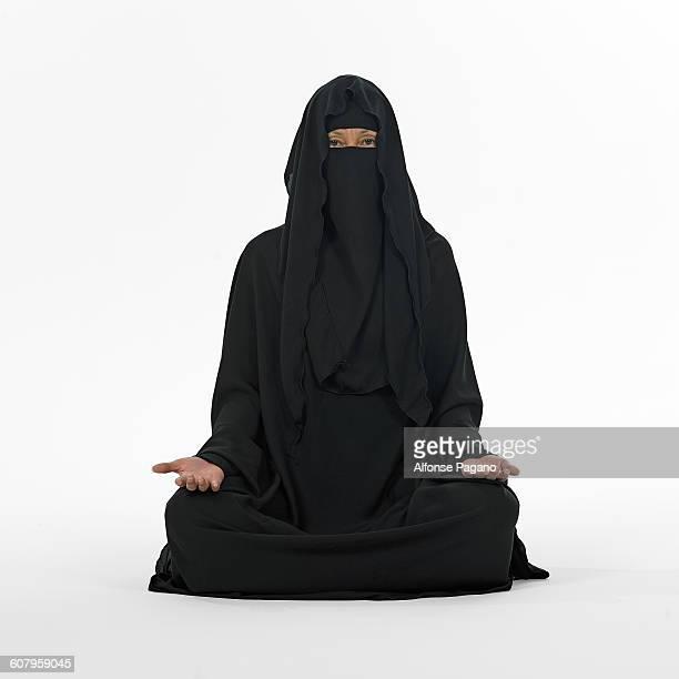 woman in burka - burka stock-fotos und bilder