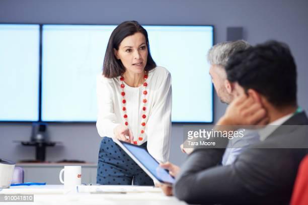 woman in business meeting - anführen stock-fotos und bilder