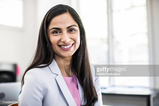 woman in business office - femme indienne photos et images de collection