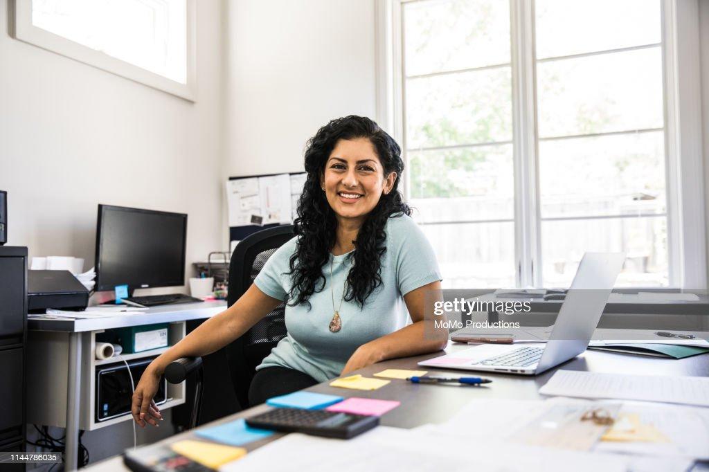 Woman in business office : Foto de stock