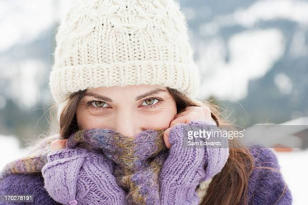 woman in cap, scarf and gloves - sjaal stockfoto's en -beelden