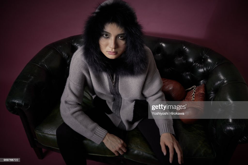 A woman in cashmere standing with a fashionable pose : Stock-Foto
