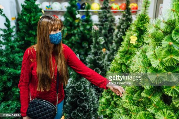 mujer en las compras de navidad - henri coste fotografías e imágenes de stock