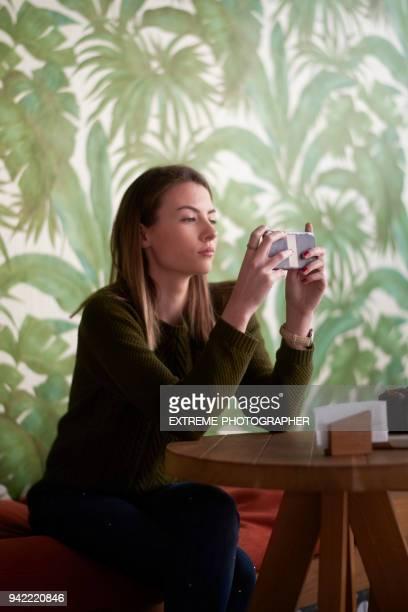 Vrouw in de coffeeshop