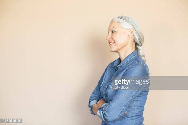 woman in confident pose - side view stock pictures, royalty-free photos & images