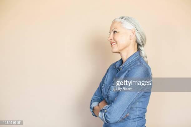 woman in confident pose - seitenansicht stock-fotos und bilder