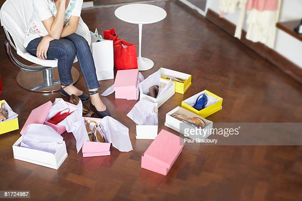 woman in department store trying on shoes - nette schoen stockfoto's en -beelden