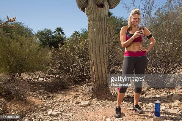 Frau in Wüste Pause vom Laufen