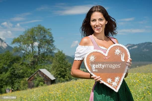 Frau im Dirndl mit Lebkuchen Mode hält Lebkuchen-Herzen (XXXL)