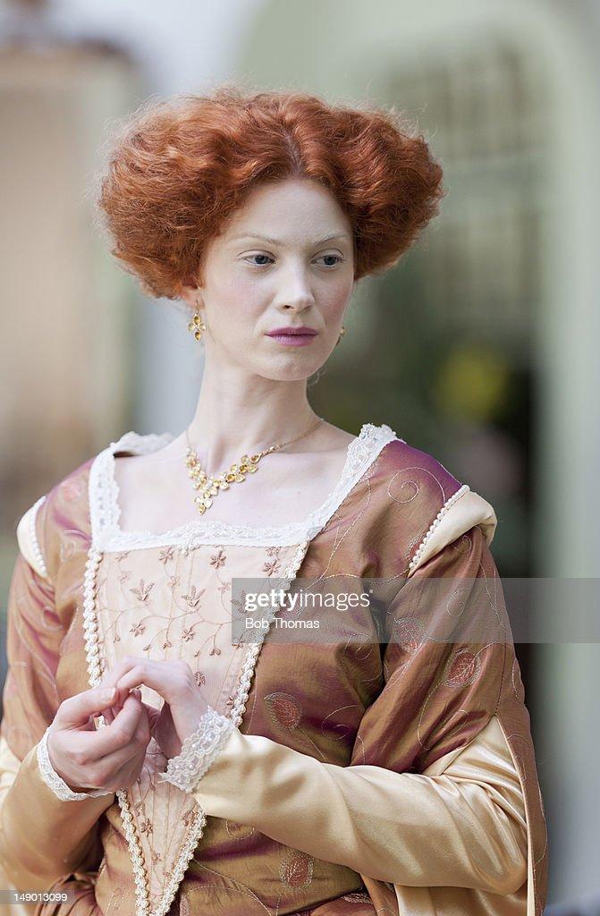 A woman in Elizabethan-style period costume : Foto de stock