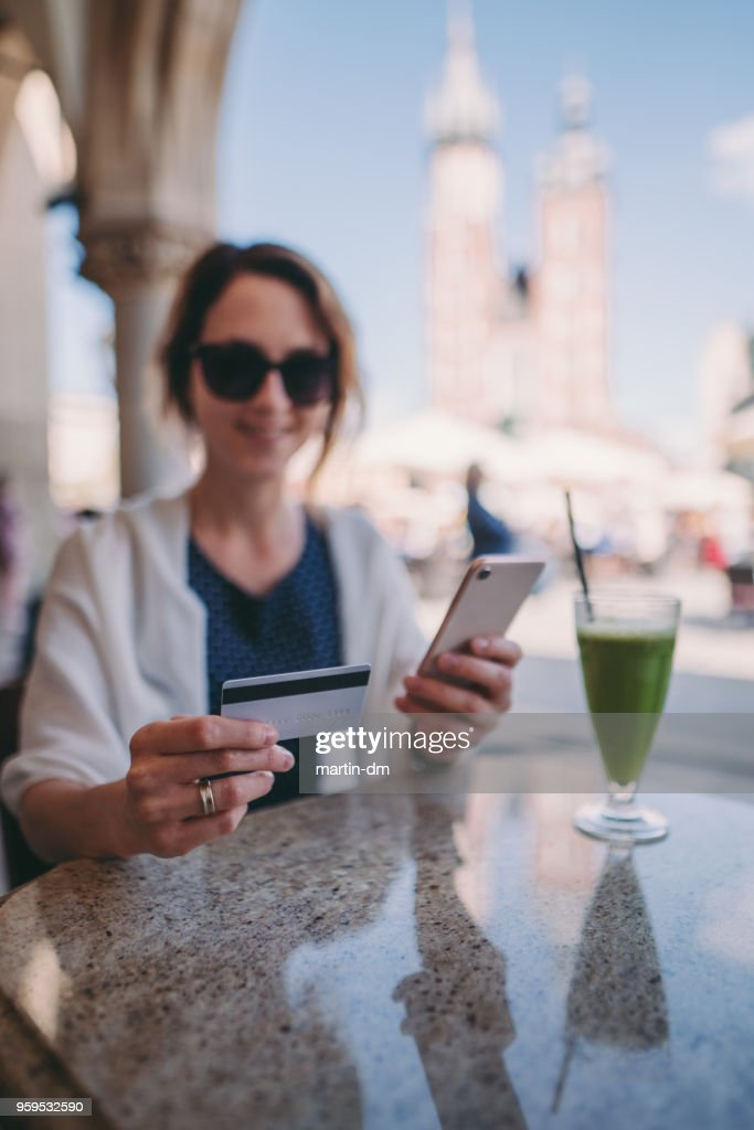 Frau in Europa Online-shopping mit Kreditkarte : Stock-Foto
