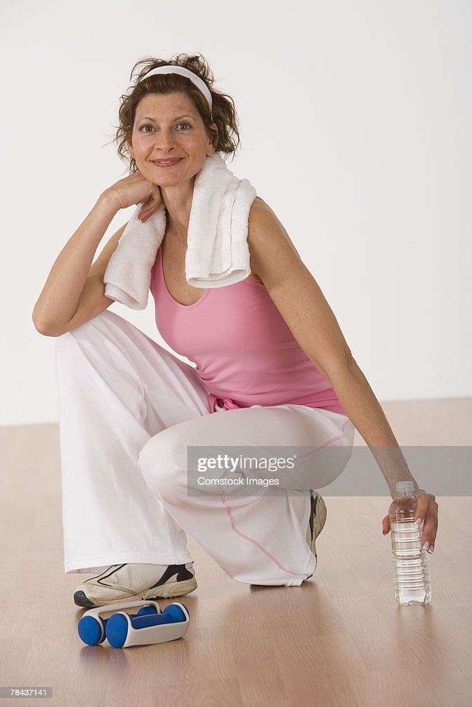 Woman in exercise gear relaxing : Stockfoto