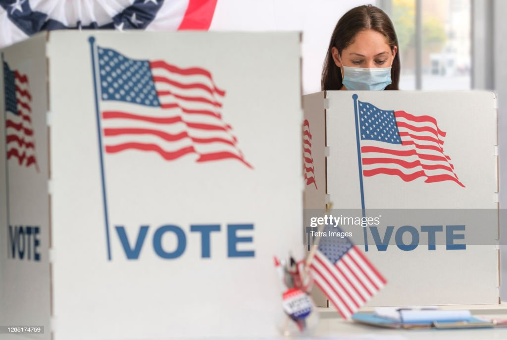 Woman in face mask voting : Foto de stock