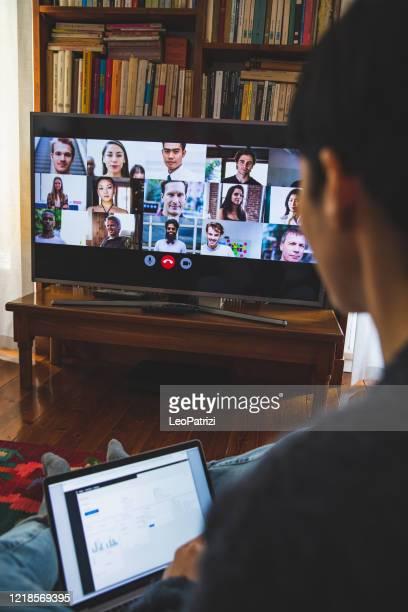 donna davanti allo schermo di un dispositivo in videoconferenza per lavoro - composizione verticale foto e immagini stock