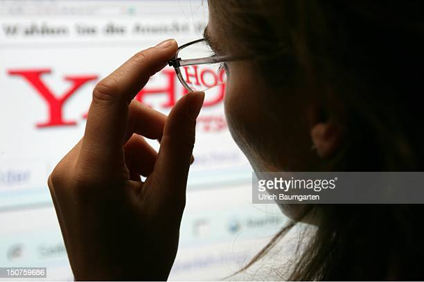 Woman in front of a display with the website of the internet search engine Yahoo