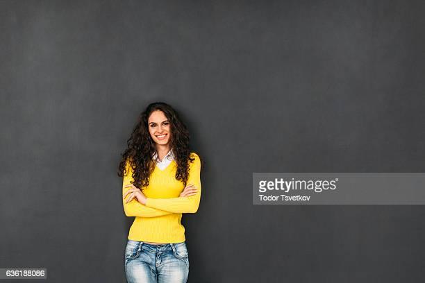 女性 の前の黒板