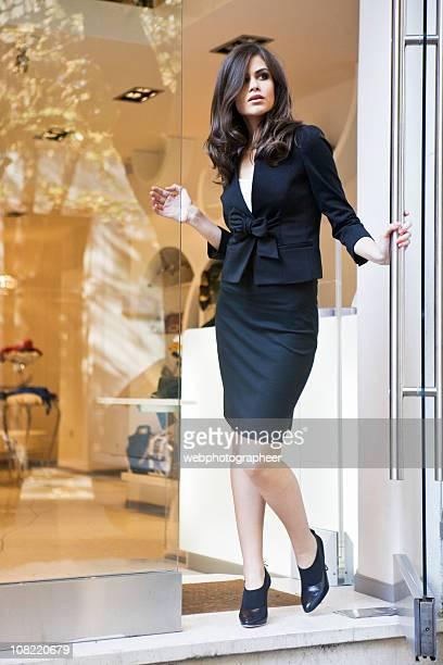 donna davanti al negozio di abbigliamento - alta moda foto e immagini stock