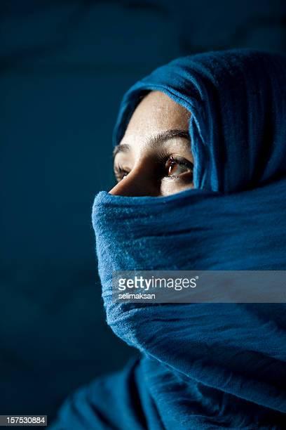 femme en face de fond noir à la recherche de son droit - femme touareg photos et images de collection