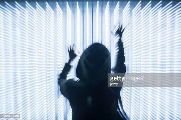 Frau vor LED Lichter Punkte array