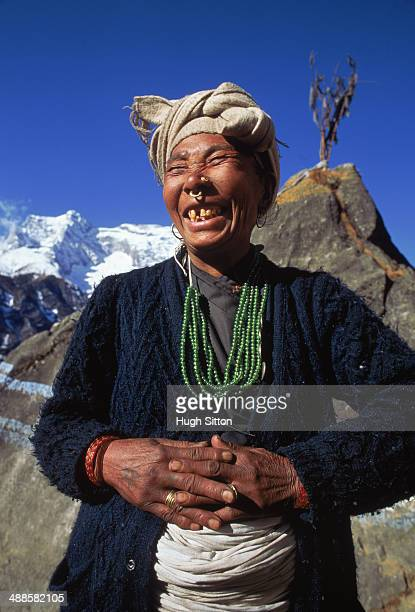 woman in front of mountains - hugh sitton 個照片及圖片檔