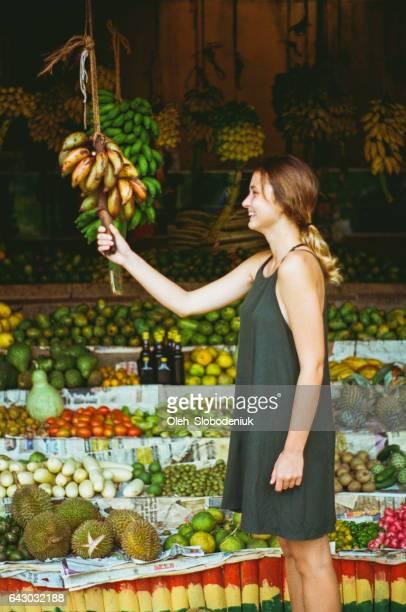 Vrouw in fruit winkel in Sri Lanka