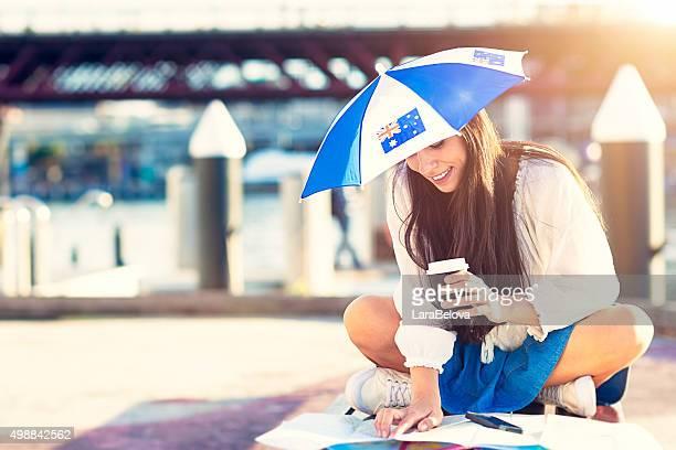 Frau in Hut in Form von Regenschirm mit Australische Flagge