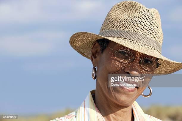 woman in hat - 頭にかぶるもの ストックフォトと画像