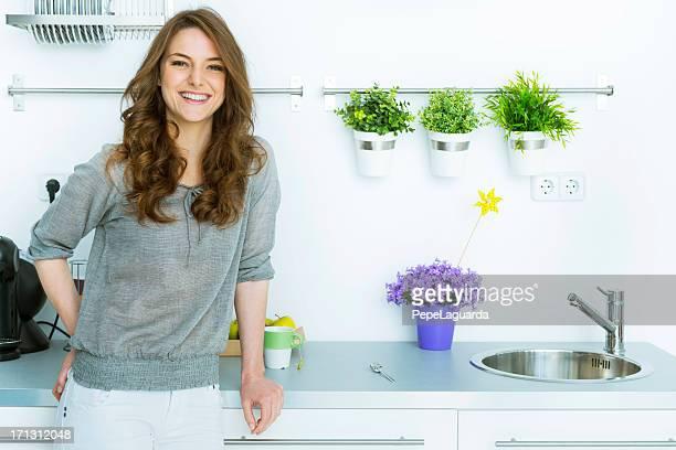 Mujer en su moderna cocina