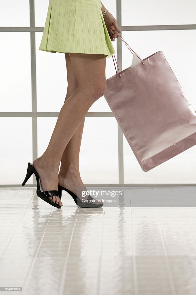 Woman in high heels with shopping bag : Stockfoto