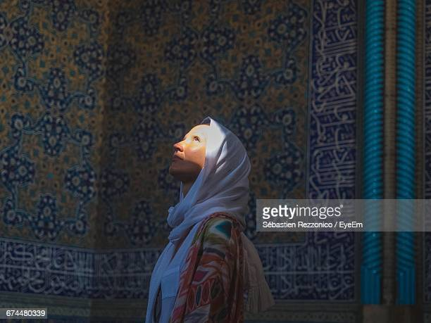 woman in hijab looking up - mosque stock pictures, royalty-free photos & images