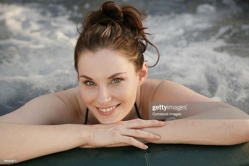 Woman in hot tub : Stockfoto