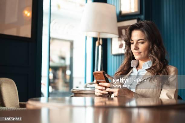 frau in hotel lobby dating videokonferenz - weibliche angestellte stock-fotos und bilder