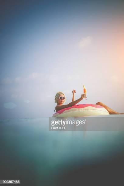 Frau in aufblasbaren Donut auf den Malediven