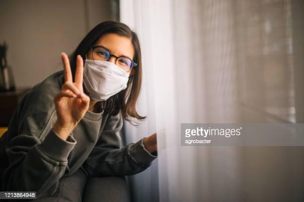 mujer en cuarentena deaislamiento coronavirus - cuarentena fotografías e imágenes de stock