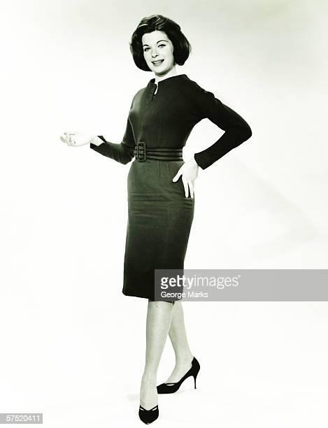 Donna in abito nero in posa in studio (B & W), verticale