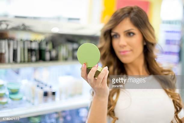Femme dans le maquillage de service
