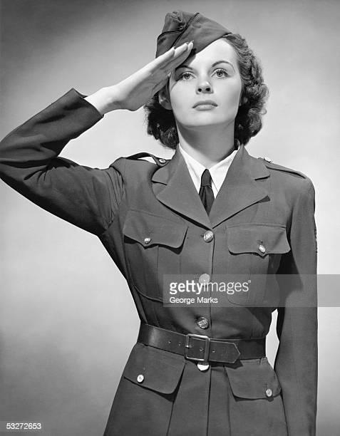 woman in military uniform saluting - soldato foto e immagini stock