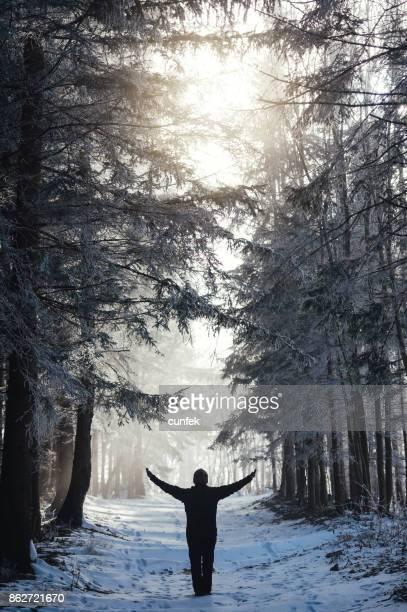 Mujer en el bosque por la mañana