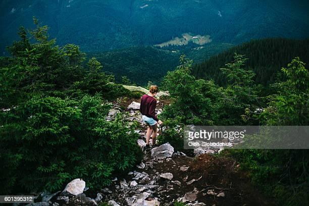 Femme dans les montagnes