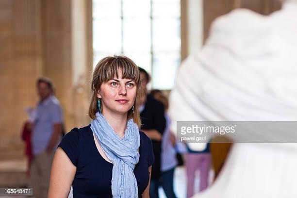 femme à la recherche au musée statue célèbre - met art gallery photos et images de collection