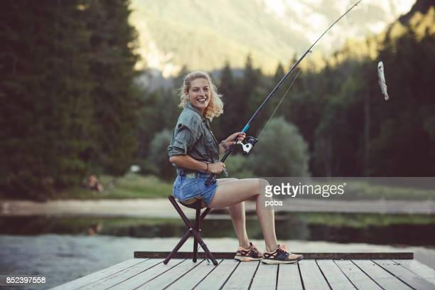 frau in natur angeln - angeln stock-fotos und bilder