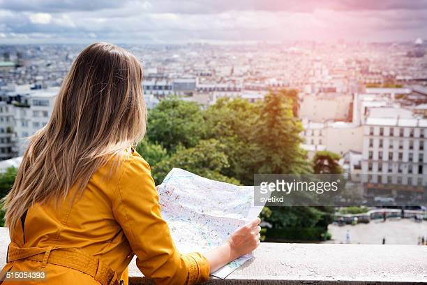 femme à paris. - carte france photos et images de collection
